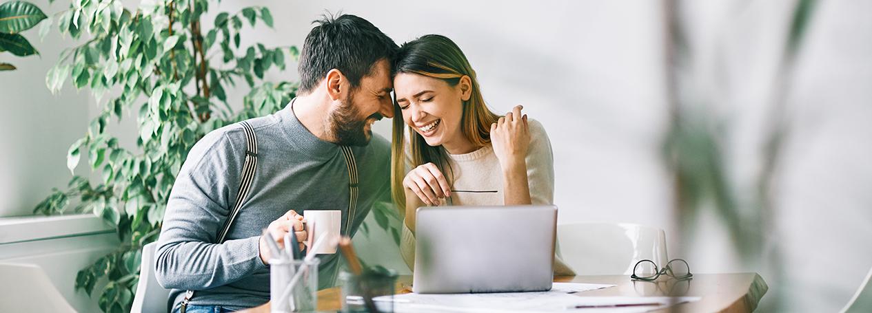 Bild eines Paares auf am Tisch, die ihre Vorsorge planen