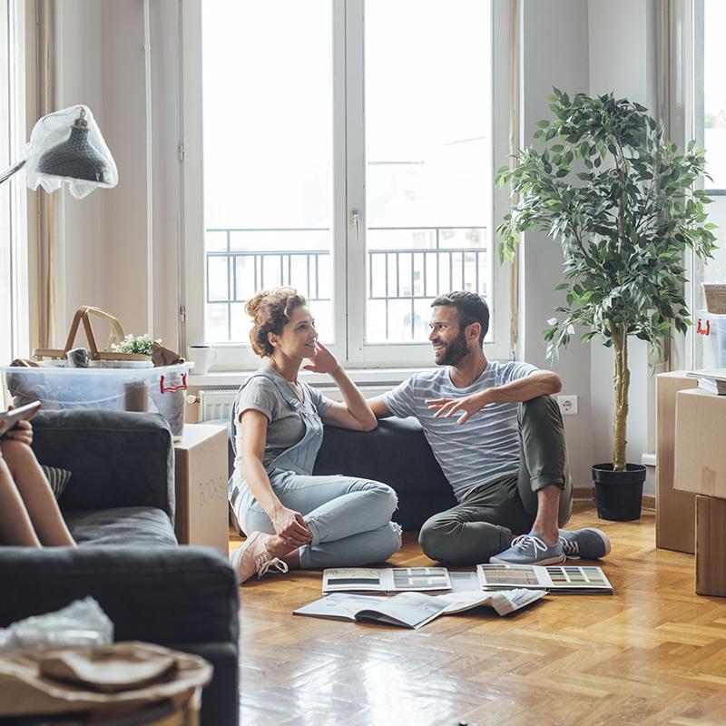 Bild von einer Familie, die im neuen Haus sitzt