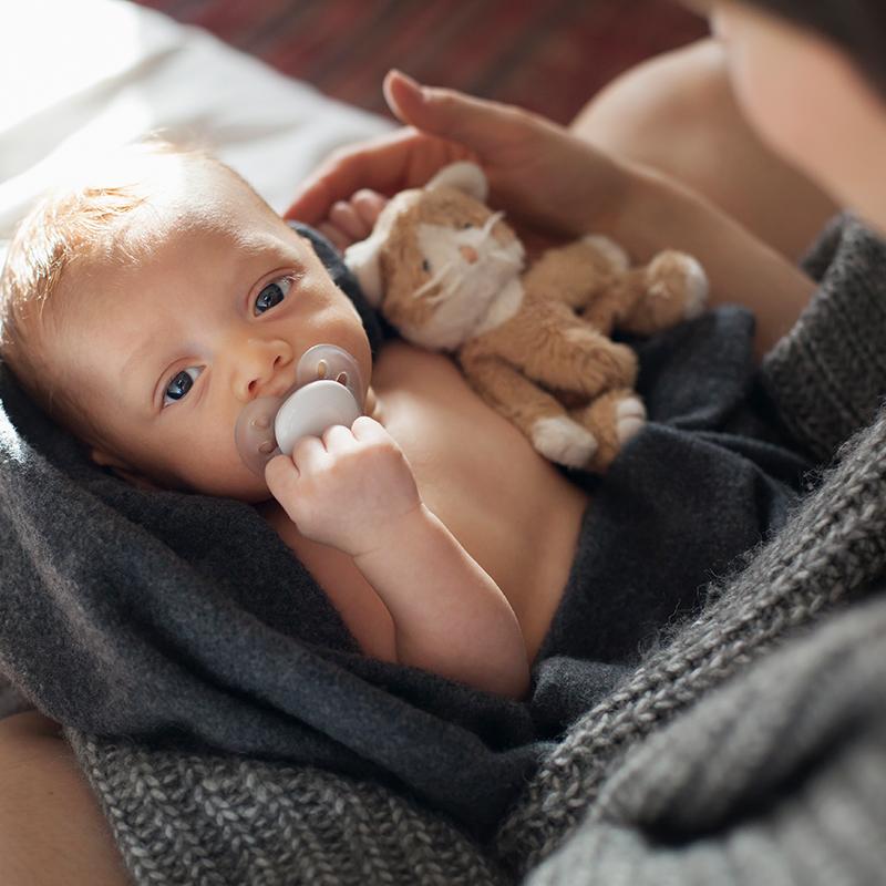 Baby in den armen der Mutter