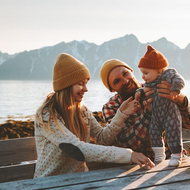 Familie mit Kleinkind an einem Bergsee