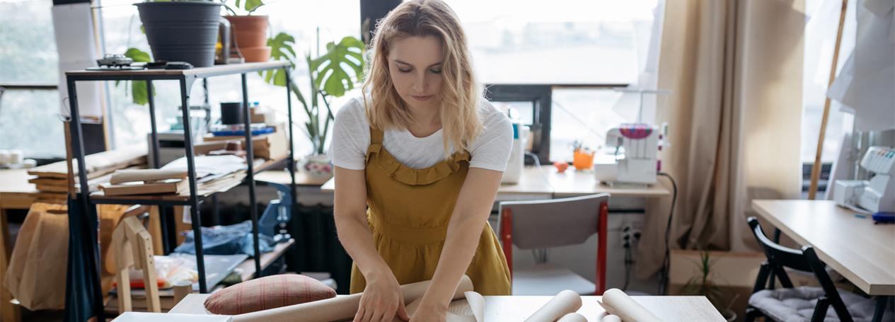Selbständige Frau arbeitet zu Hause am Tisch