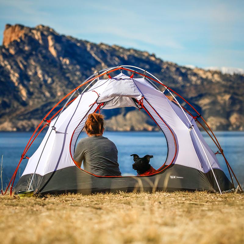 Bild von Frau im Zelt am See